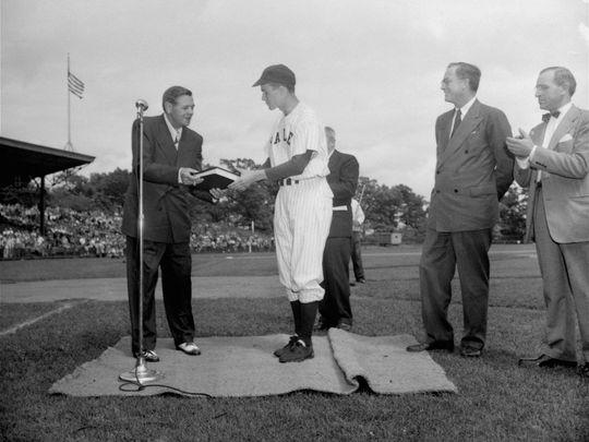 时任耶鲁大学棒球队队长的老布什与NCAA冠军队伍的传奇棒球手贝比·鲁斯会面。(AP)