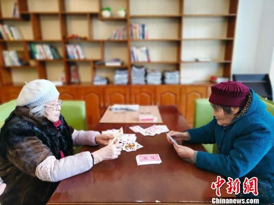 南充嘉陵长寿老人平日扑克牌娱笑。 戚原 摄