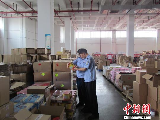 广州海关缉私警察检查查扣在保税仓的涉案奶粉 刘燚燊 摄