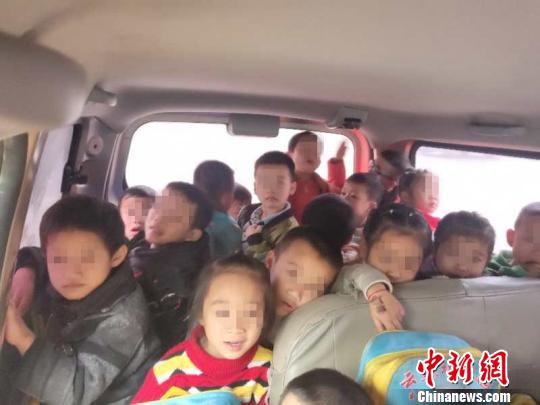 广西小儿园负责人驾驶7座车送28名小儿回家被查。 李宗亮 摄