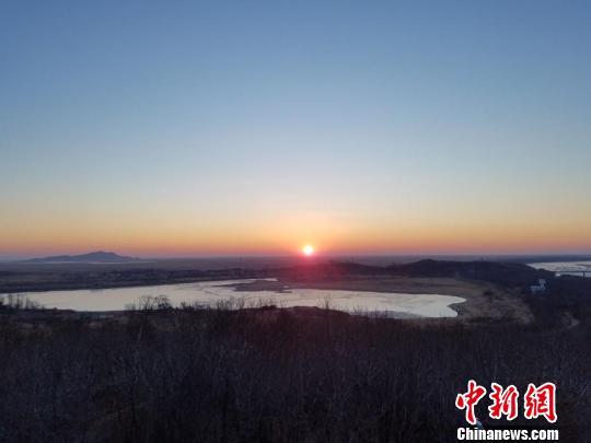 6时46分许,新年的第一缕阳光冲破天际。 张瑶 摄