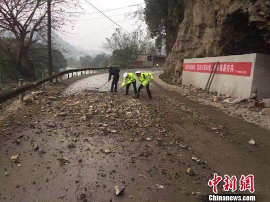 清算地震后的落石。 珙县宣传部供图