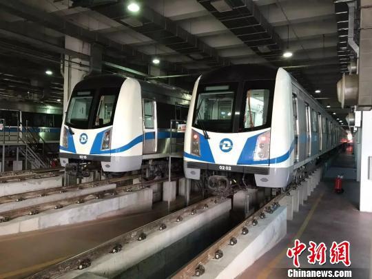 图为大连地铁列车。
