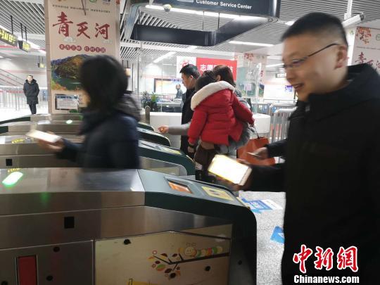 科技改变生活 中部城市郑州地铁进