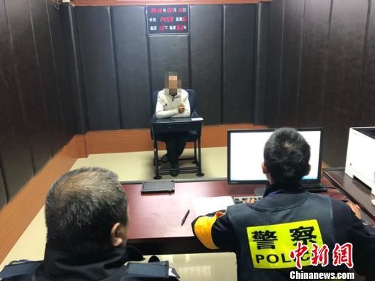 图为男子接受民警调查。程曦 供图