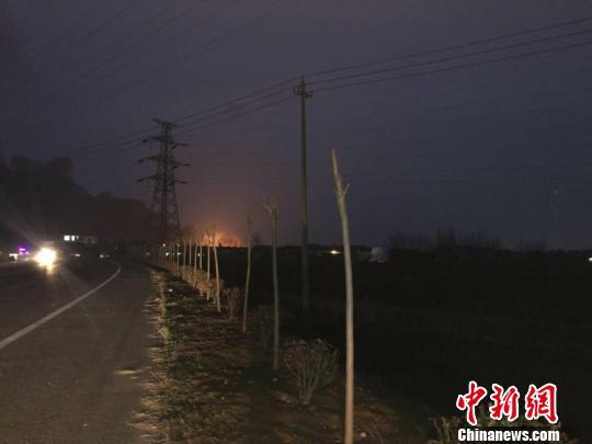记者行进至约3公里处已可看到爆炸地的火光。 于从文 摄