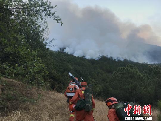 四川冕宁县境内发生森林火灾扑救工作正在紧张进行