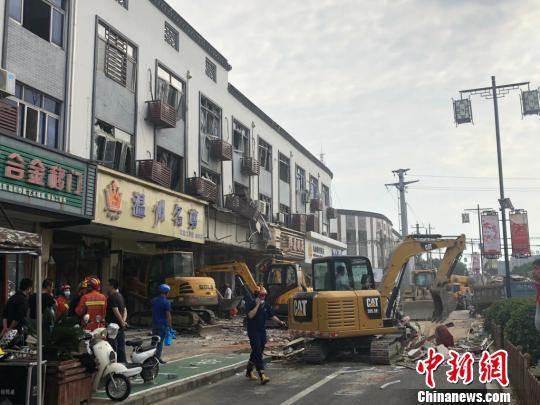 当地正在清理爆炸事故现场。 孙权 摄