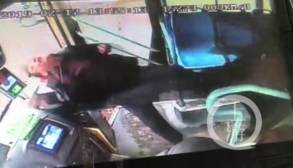男子被车内另一名乘客一脚踹飞 视频截图