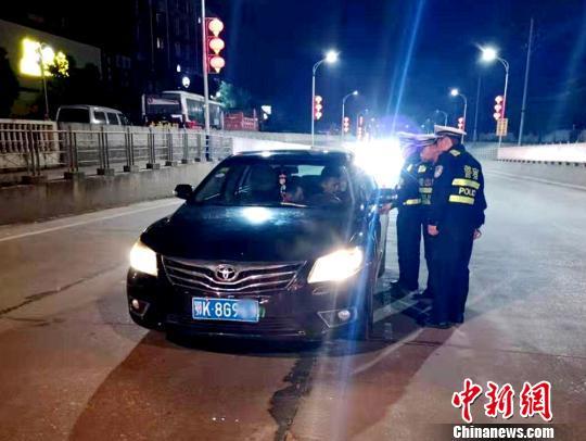 周某某被民警拦下进行检查 宋俊初 摄