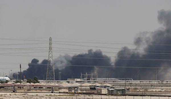 原料图片:9月14日,位于沙特布盖格hg0088官网沙特阿美公司石油设施首火后冒出浓烟。(新华社/路透)