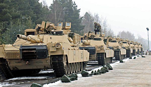资料图片:美陆军M1A2主战坦克群。(图片来源于网络)