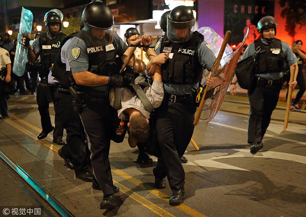 往年9月18日,圣路易斯市示威者与防暴警察冲突 图源:视觉中国