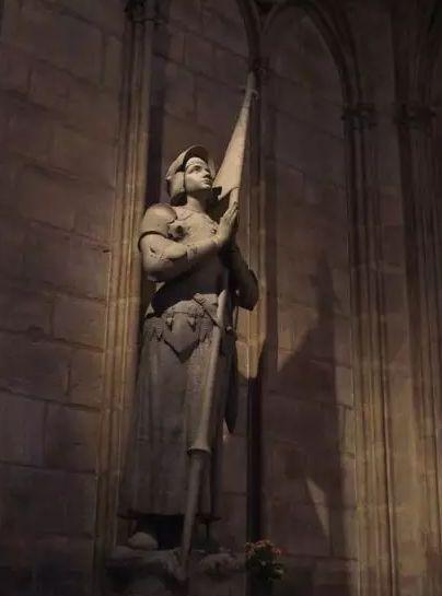 △巴黎圣母院内的贞德像。