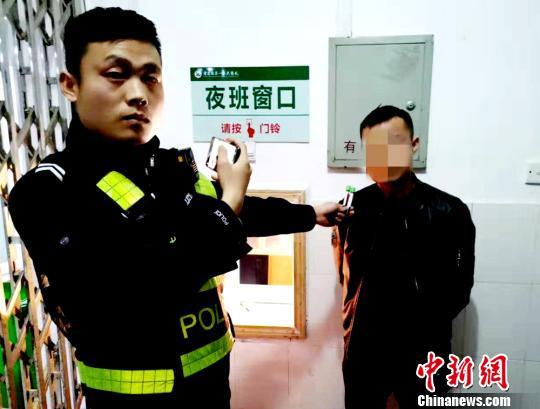 民警将周某某带至医院抽取血液样本 宋俊初 摄