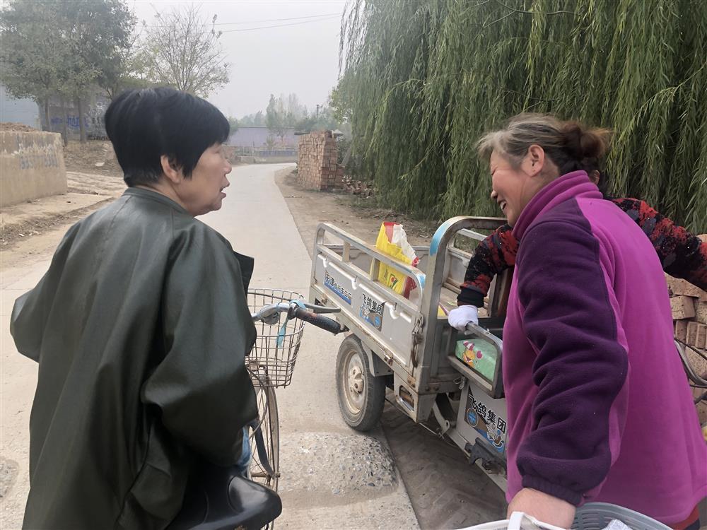 11月9日林福敬在村道上遇到了一位邻村想在直播间给儿子相亲的母亲。 杨书源 摄
