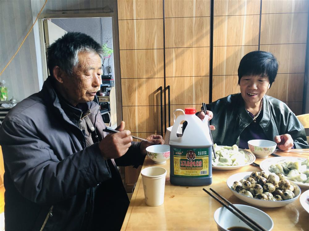 11月9日中午林福敬和老伴在家中包饺子吃。 杨书源 摄