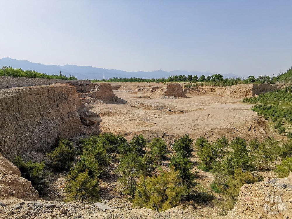△这是修复前后的矿坑对比图。(总台央视记者杨立峰拍摄)