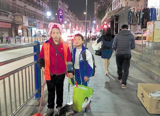 龙国涛与妈妈吴阿珍在扫街。贵州都市报 图