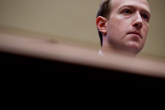 2018年4月11日,在美国华盛顿,美国社交媒体平台脸书公司首席执行官马克·扎克伯格出席众议院听证会。 新华社 沈霆 摄
