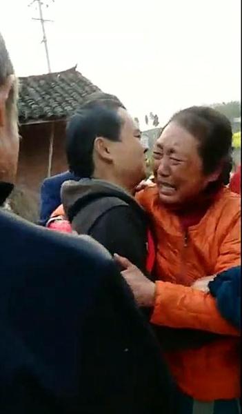 黄图金和母亲相拥而泣