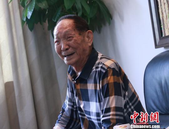 袁隆平9月5日在湖南长沙接受媒体采访时称,要健康快乐超百岁。 刘双双 摄