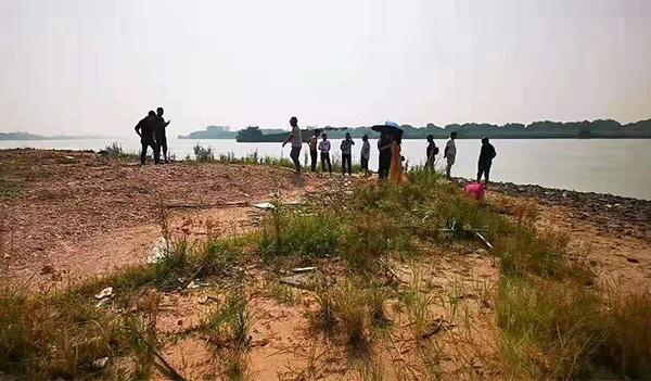 当地民间救援队在参与搜救