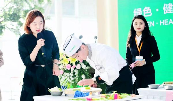 国家级烹饪大师聚集果蔬创意设计大赛,50余人比拼食材雕刻艺术