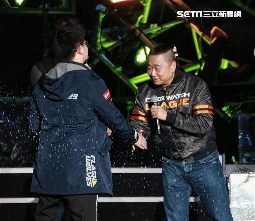 """邰智源(右)在台北跨年晚会开场现身(图片来源:台湾""""三立信休网"""")"""