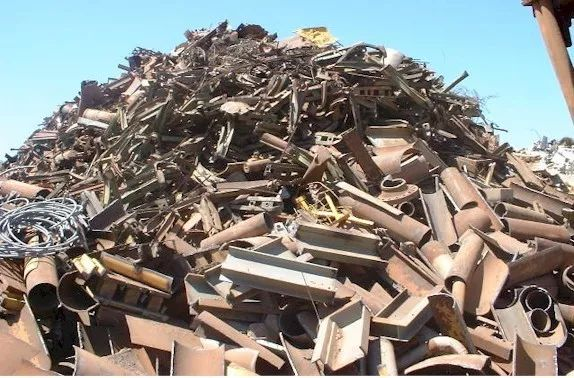 【图】随意堆放的废钢(图片来源:华夏时报)