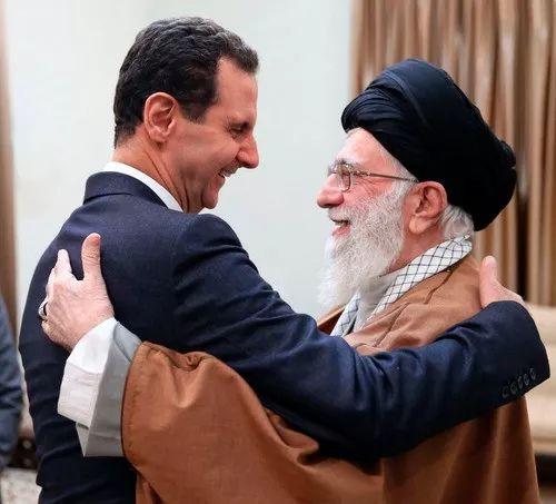 2月25日,在伊朗德黑兰,伊朗最高领袖哈梅内伊(右)欢迎到访的叙利亚总统巴沙尔·阿萨德。新华社/美联