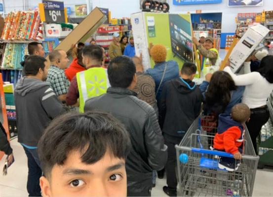 一位购物者拍下争夺平板电脑的顾客。(取自推特)