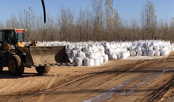 污染场地中工人对污染物挖掘清理后进行装袋。澎湃新闻记者 陈雷柱 图