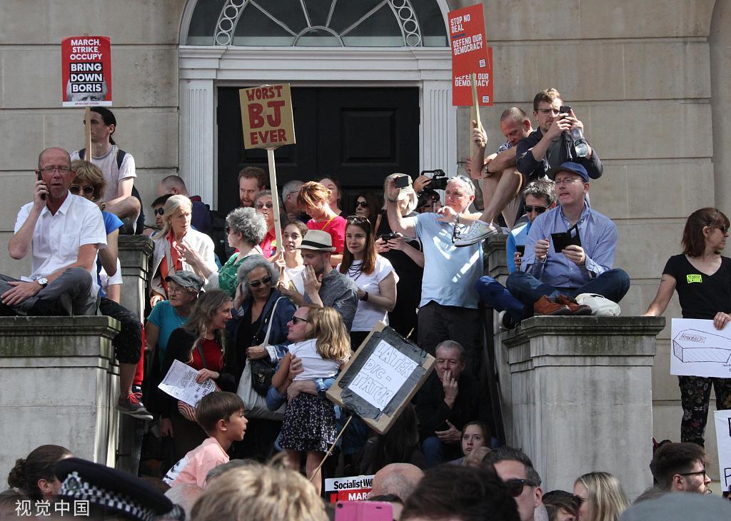 英国30多个城镇爆发抗议游行 高喊约翰逊你真丢脸