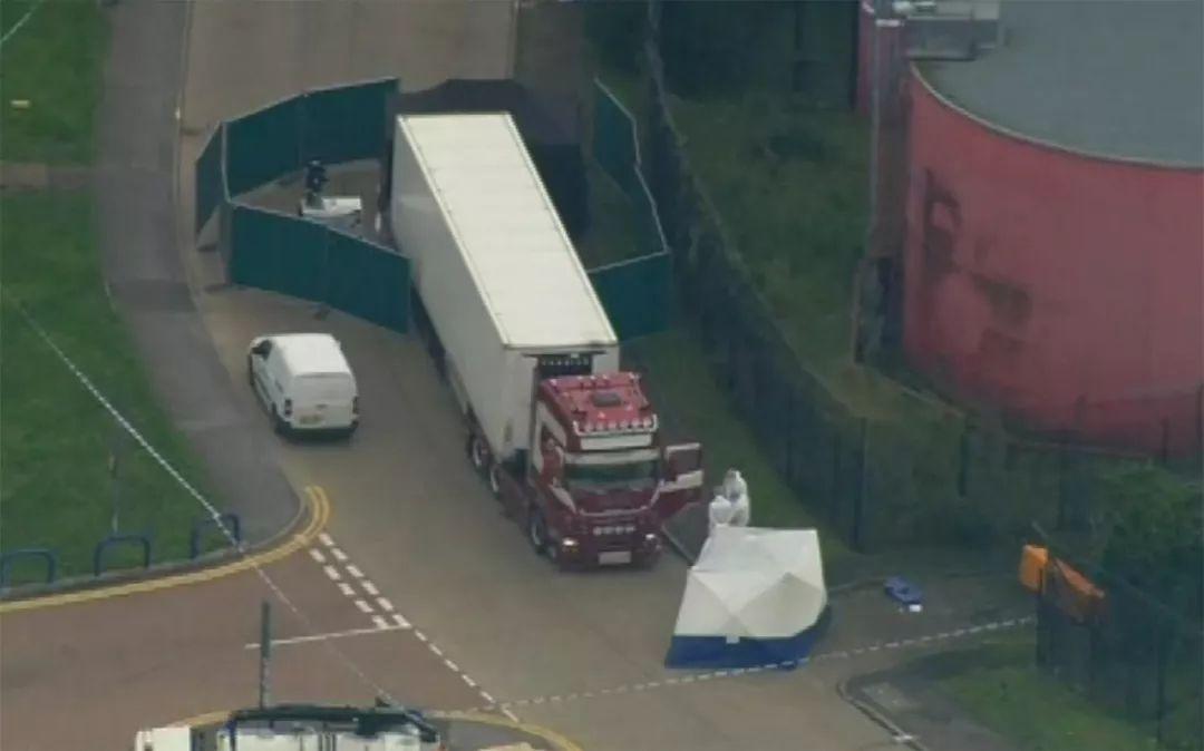 10月23日,在英国埃塞克斯郡一个工业园区内,法医在现场进行调查。新华社/美联