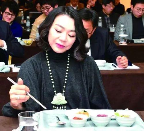 △趙顯娥在試吃大韓航空的飛機餐。