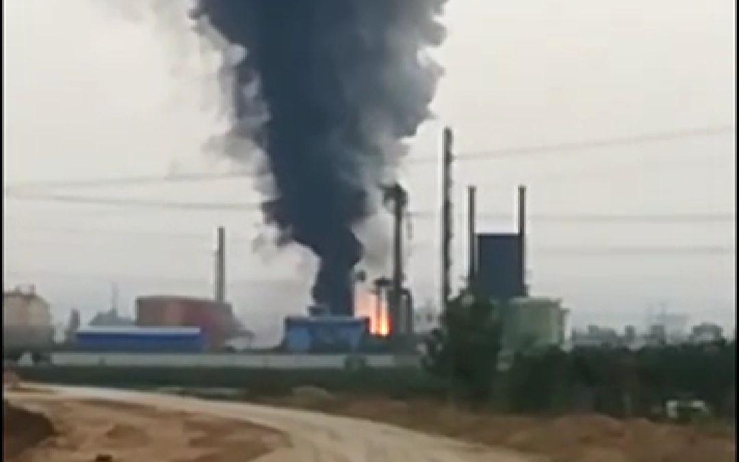 河南辉县市一化工厂再次发生爆炸事故,浓烟冒向天空。视频截图
