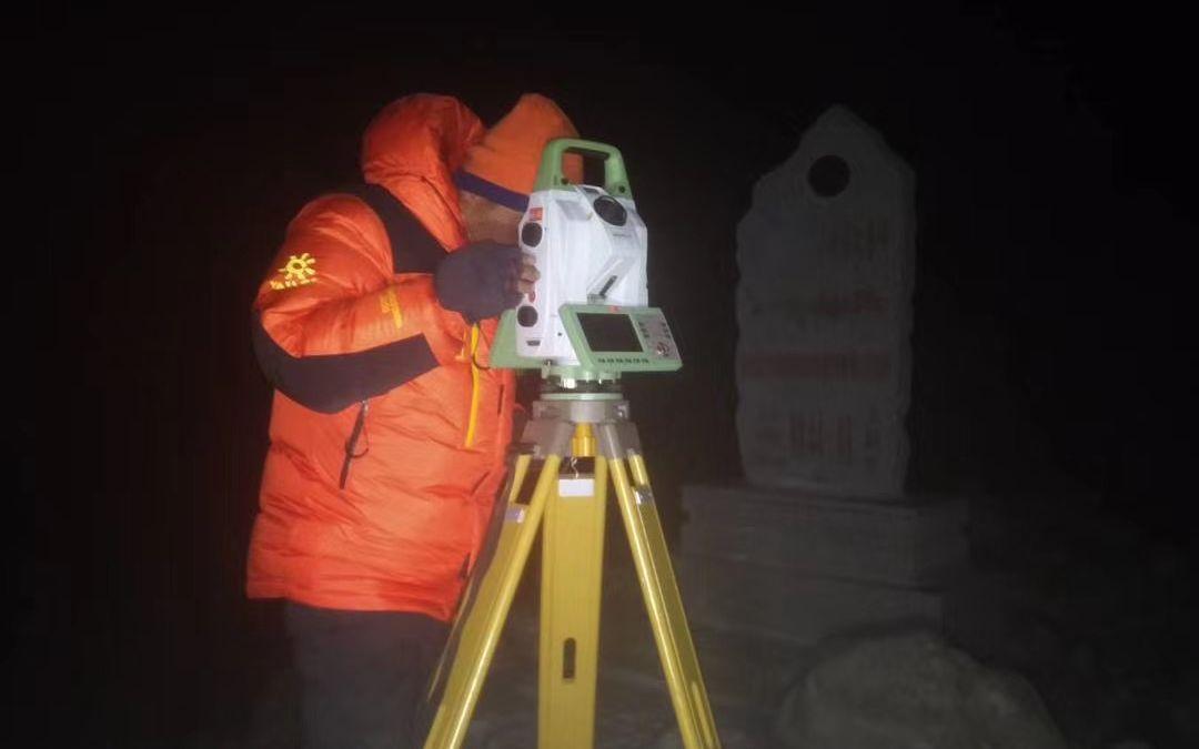 5月12日,李飞战在观测点进行天文测量。受访者供图