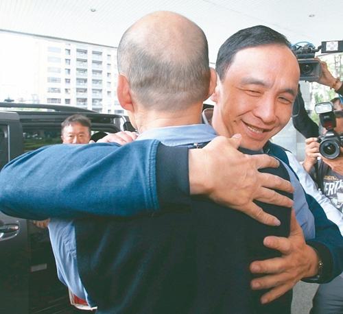 朱立伦(右)昨天南下拜会韩国瑜(左),朱立伦特地给韩国瑜一个大拥抱。(图片来源:台湾《联合报》)