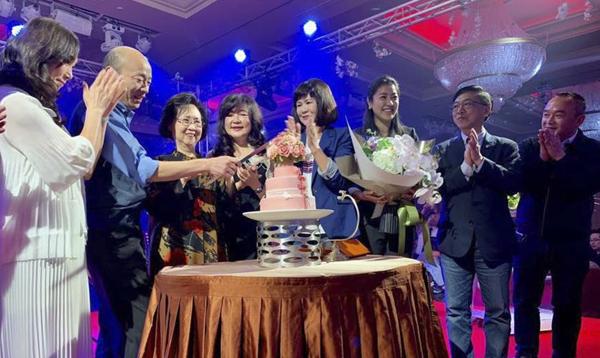 """韩国瑜带头唱歌!琼瑶81岁大寿,第2生日愿望藏亮点。(图片来源:台湾""""中时电子报"""")"""