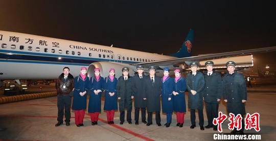 2018年12月31日,南航新疆分公司2018岁暮了一个航班CZ6960机组相符影。 张思想 摄
