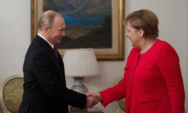 当地时间2018年12月1日,阿根廷布宜诺斯艾利斯,2018年二十国集团(G20)领导人峰会第二天,俄罗斯总统普京在领导人会议前同德国总理默克尔举走双边座谈。 东方IC 图