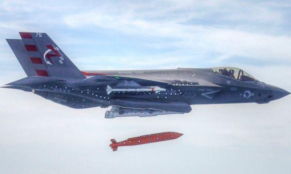 资料图片:美海军F-35C舰载隐身战机试射AGM-154远程空地弹药。(图片来源于网络)