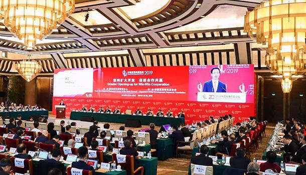 中共中央政治局常委、国务院副总理韩正出席中国发展高层论坛2019年年会开幕式并致辞。