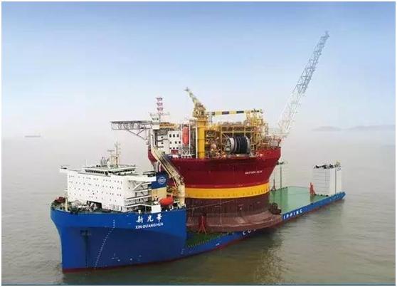 """2017年,""""新光华""""号将国产希望6号""""圆筒型浮式生产储卸油平台从舟山运往英国"""