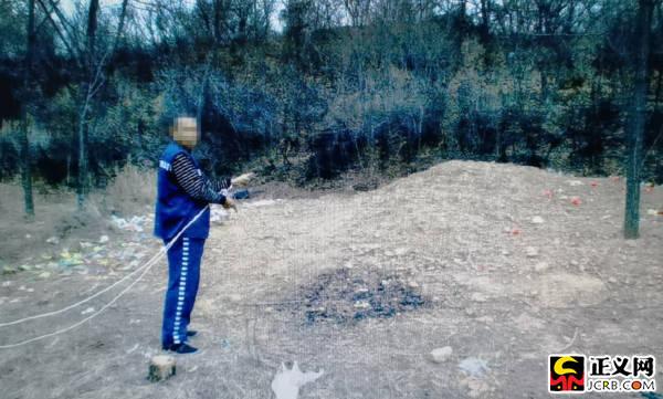 犯罪嫌疑人指认挖坟地点。