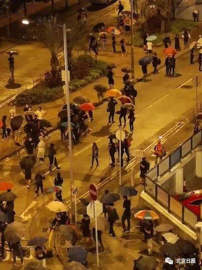 暴徒们行经军营外。图片来源:香港卫视