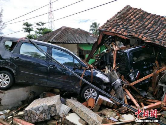 直击印尼巽他海峡海啸重灾区: 屋倒车毁满目疮夷
