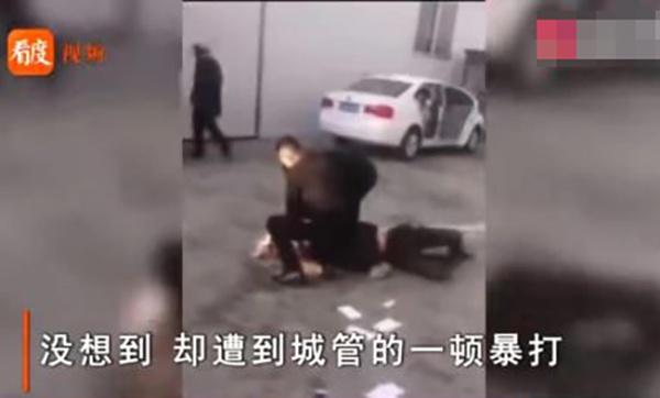 网传临河城管与小贩发生冲突视频截图