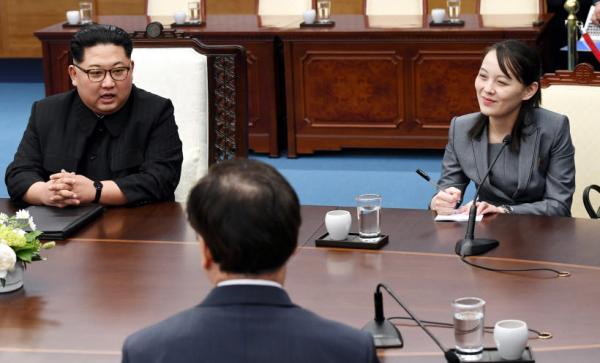 金与正(右一)在朝韩首脑会晤现场